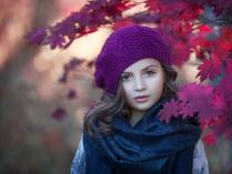 В осенних листьях