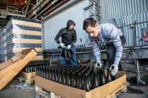 Разгрузка бутылок на заводе шампанских вин