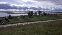 Одинокий велосипедист в деревне Вершинино