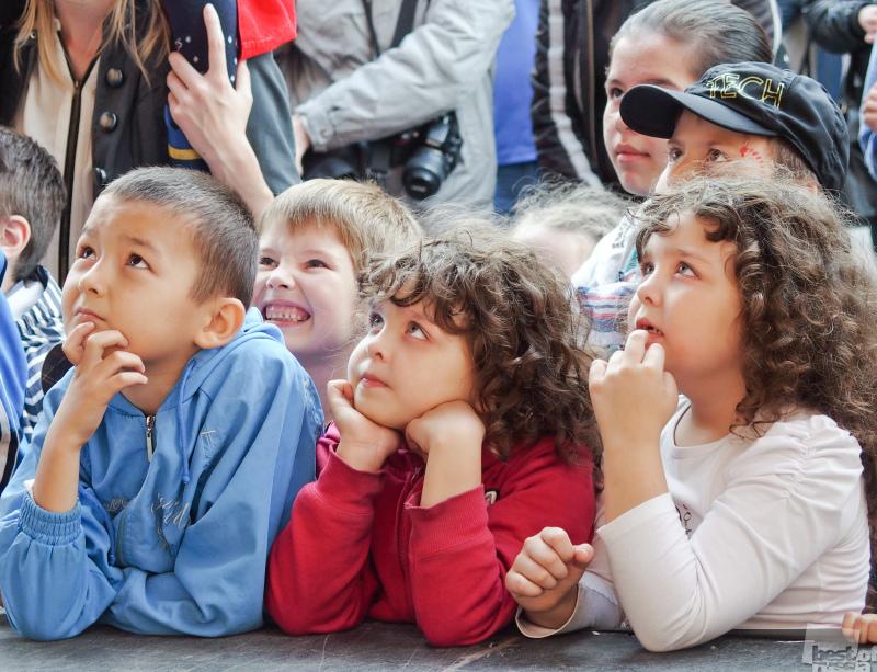 Юные зрители уличного представления.
