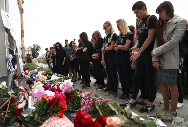 Москвичи несут цветы к посольству США в память о солисте рок-группы Linkin Park Ч.Беннингтоне