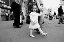 девочка в центре огромного города