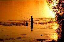 Рыбак в закатных лучах