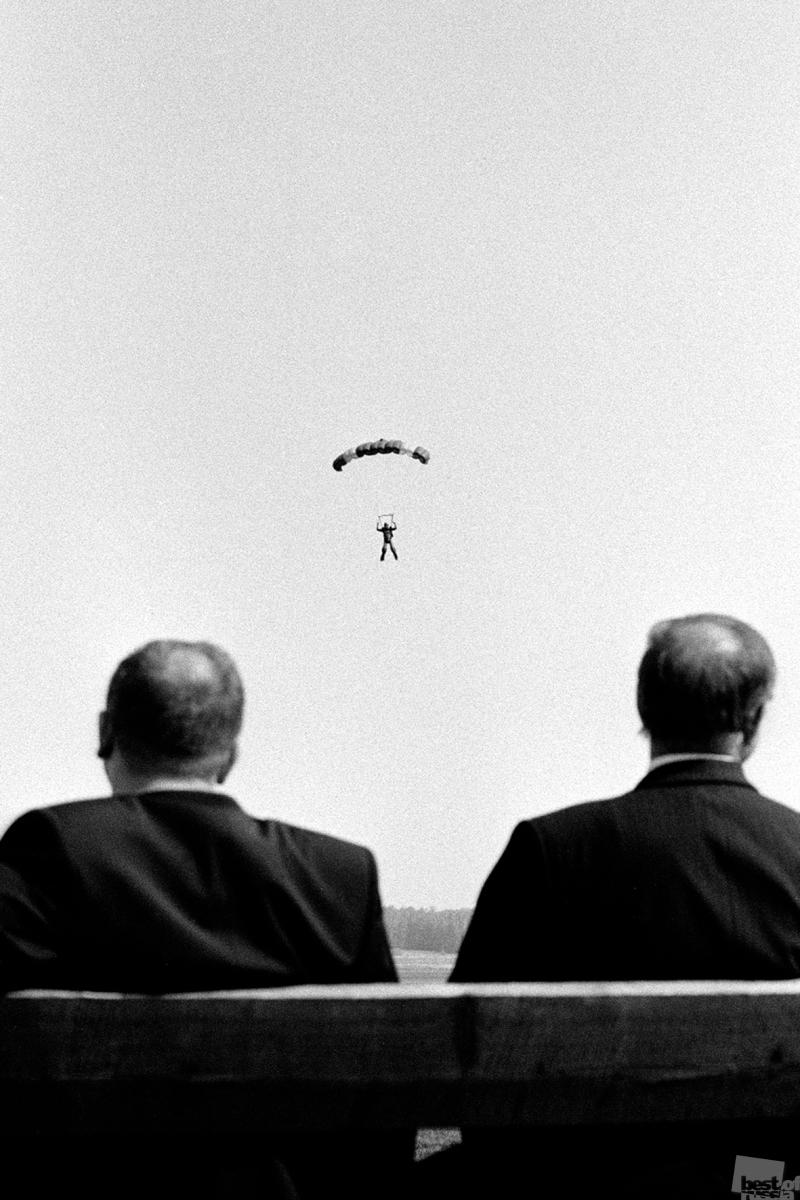 Двое мужчин и парашютист