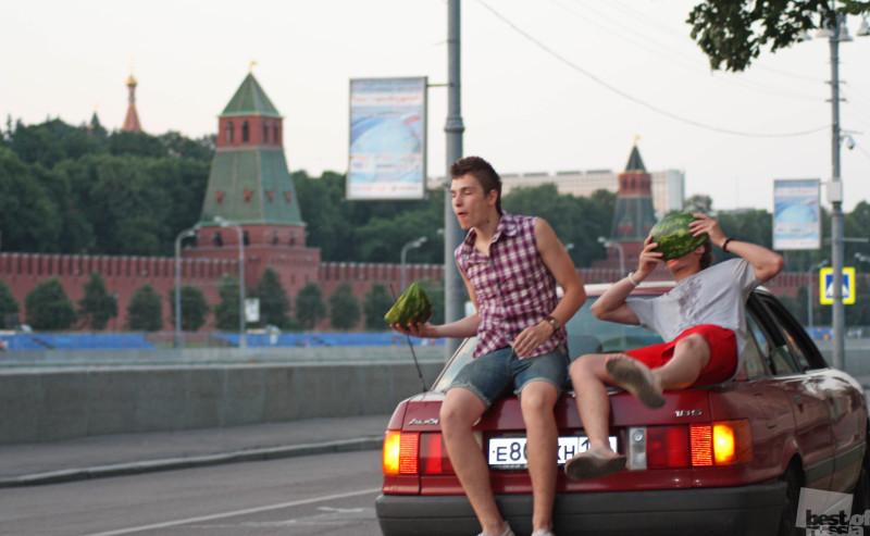 Поедание арбуза у кремля.
