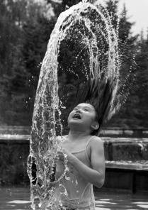 девочка в фонтане