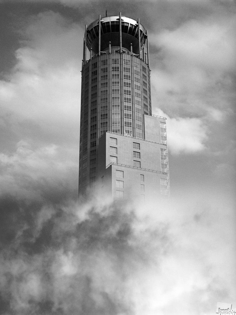 Высотное здание на Космодамианской набережной