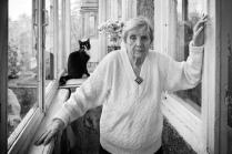 Пожилая женщина и кошка