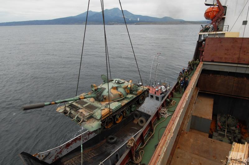 погрузка танков на острове кунашире