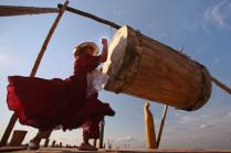 Женщина бъет в барабан