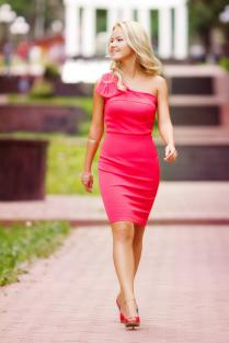 Девушка в светло-вишнёвом платье