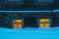 Окна первого этажа зимой