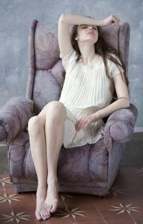 Девушка, отдыхающая в кресле