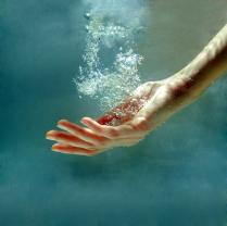 рука.вода