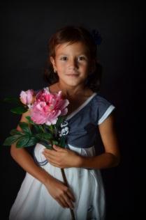 Девочка с пионом