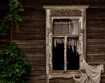 Окно заброшеного дома
