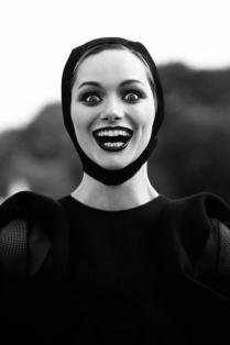 Девушка  улыбается